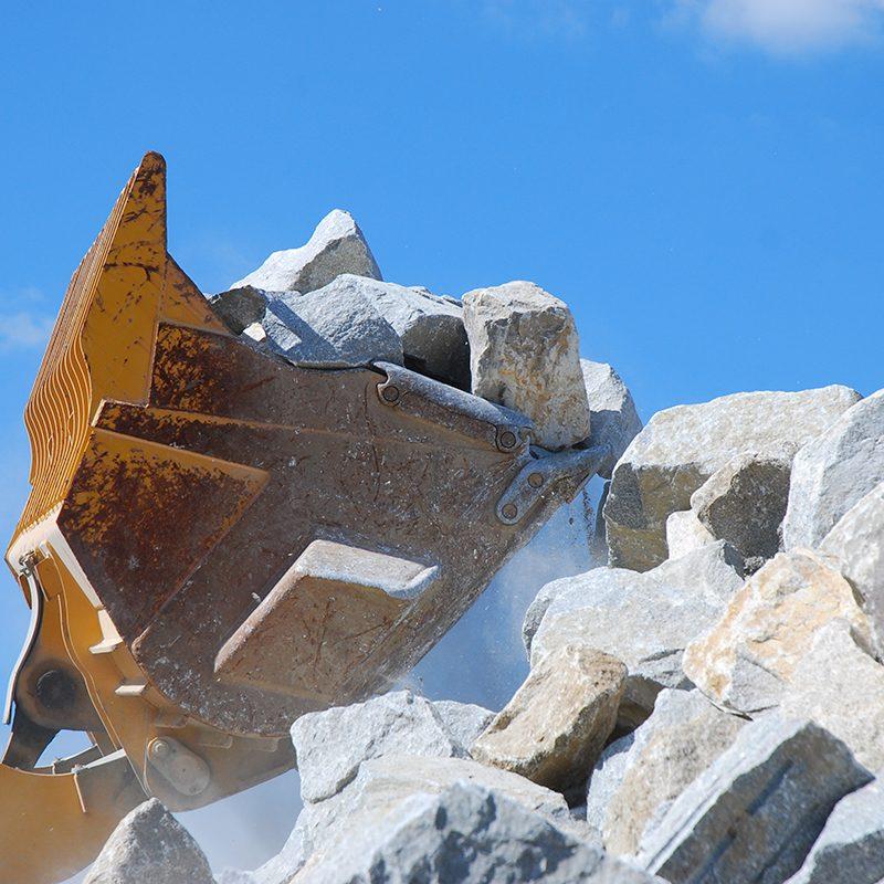 大島石のグリ石をすくい上げるタイヤショベル
