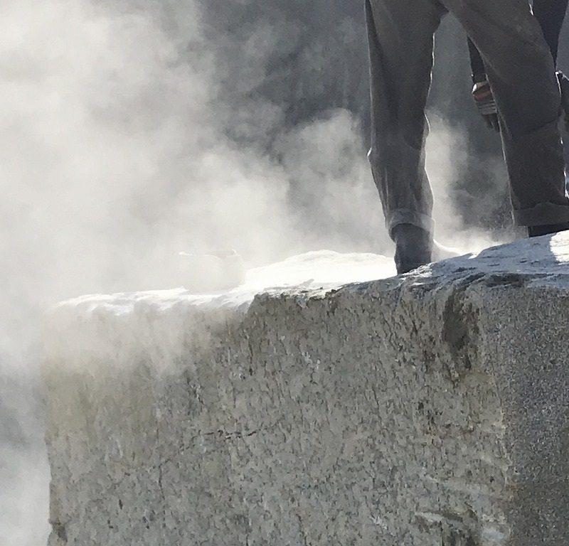 大島石の作業風景・削岩機